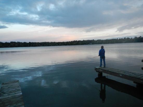 Hiawatha Lodge Inn: Peaceful evening of fishing off the pier