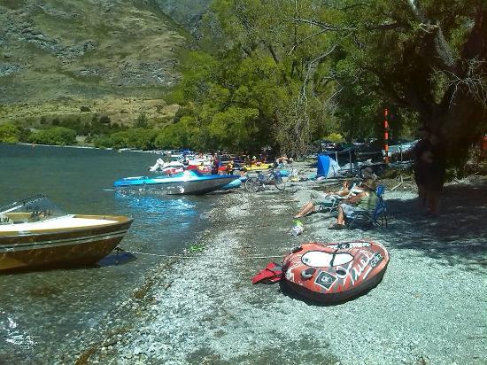 Glendhu Bay Lakeside Holiday Park: The lake edge where many families hung out.