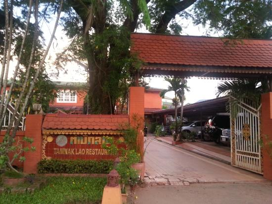 Tamnak Lao Restaurant: entrance from main road