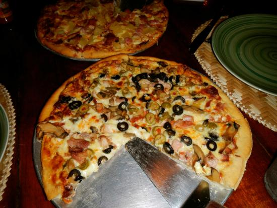 Mac's Pizzeria: smoked chicken, mushroom and olives