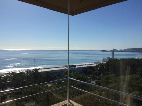 Kamogawakan Ryokan: 窓いっぱいに広がる海と空。