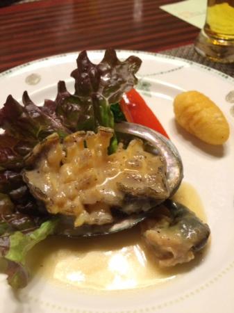 Kamogawakan Ryokan: 鮑のステーキ、一番人気だそうです。