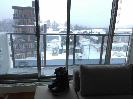 Shiki Niseko: 一般從這面窗看出去,就是羊蹄山了,這天大雪看不見...