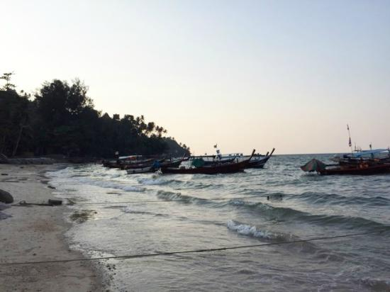 Beachfront Phuket: Long boats out the front