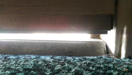 La Quinta Inn & Suites Charleston Riverview: Close up of door gap