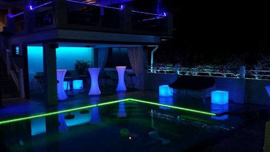 Swiss Villas Panoramic: Piscine lounge