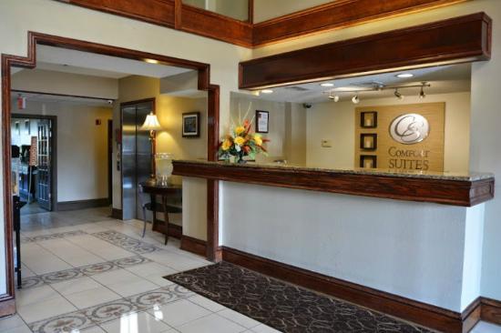 Comfort Suites Hotel - Lansing: Front Desk