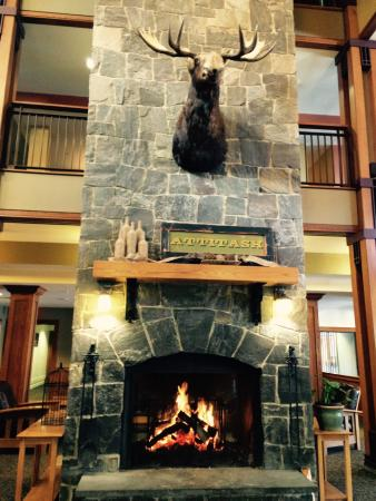 Attitash Grand Summit Hotel: The fireplace is a wonderful spot in the hotel lobby