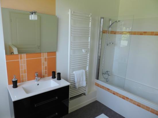 Cedre et Charme: Salle de bain Mélodie