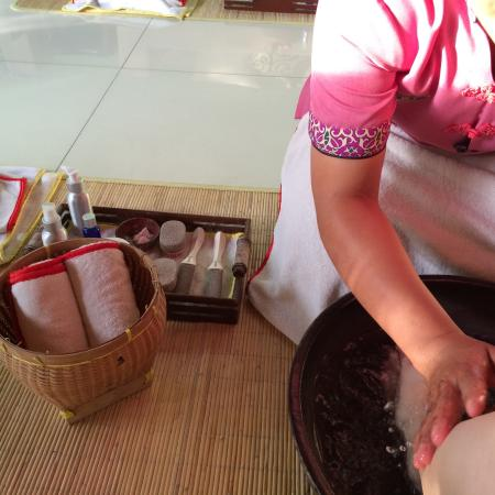Febri's Spa: Foot bath - part of the 15 min ritual before you begin your 90 min body massage