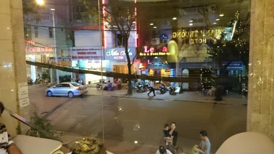 Thanh Truong Hotel : NITE VIEW FROM LOBBY