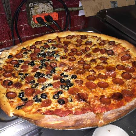 Mister B's Restaurant & Tavern: Pizza Pie