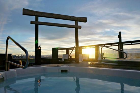 Acclaim Hotel Calgary Airport Hot Tub