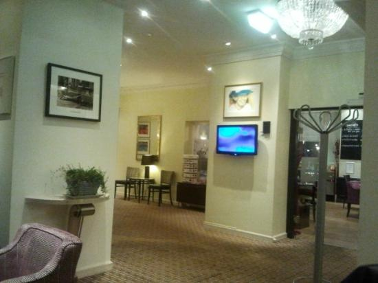 The Alfred Hotel: the lobby........