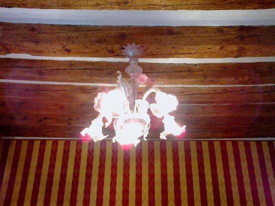 Lampadari Per Soffitti Con Travi In Legno : Dettaglio della stanza: lampadario travi in legno sul soffitto e