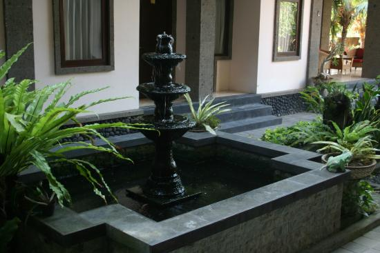 Tanjung Sari Inn: Фонтан во дворе