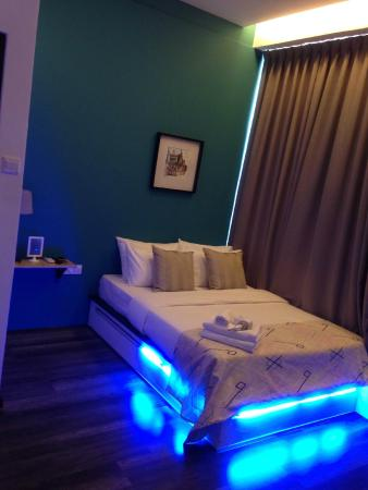 Roomies Boutique Bed & Breakfast: Neon lights in the room!
