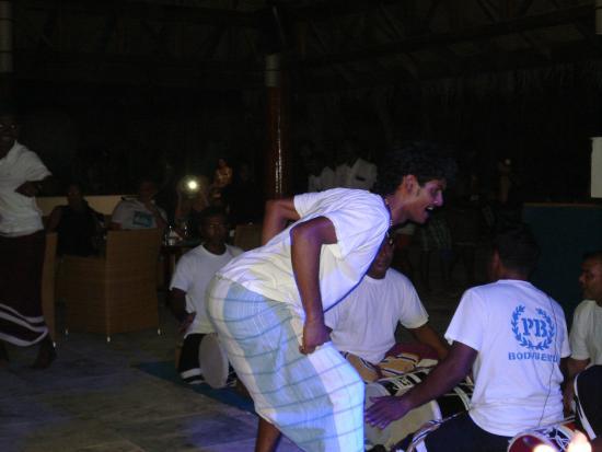 Madhiriguraidhoo Island : Мальдивский вечер, ритмичная музыка,зажигательные танцы !