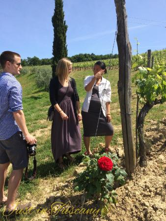 Castiglion Fiorentino, Italia: discussing about the grape growing directly in the row of a Brunello winery