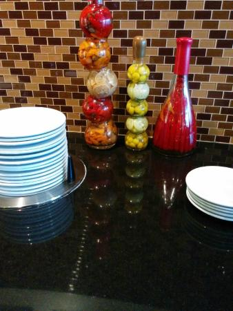 Holiday Inn Express Hotel & Suites Macon West : Where's the ketchup and hot sauce?