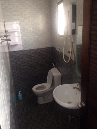 Orange Tree Phi Phi Island: Tiny bathroom