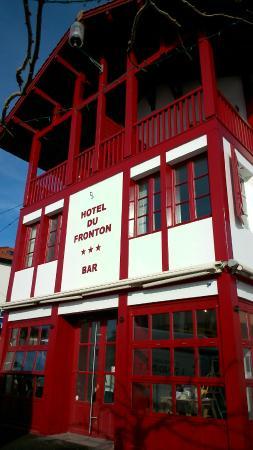 Hotel du Fronton: Entrée de l'Hôtel sur la place du village