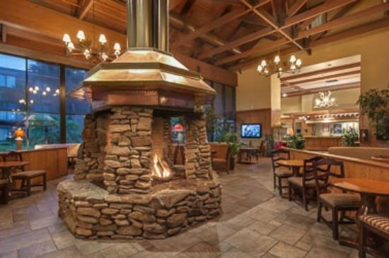 The Lodge at Gainesville: Lobby middle