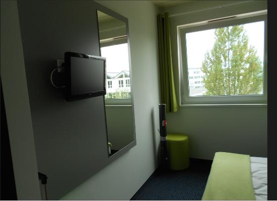 B&B Hotel Muenchen-Messe: Room view 2