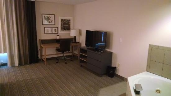 Country Inn & Suites By Carlson, Chippewa Falls: Spacious Workstations Throughout