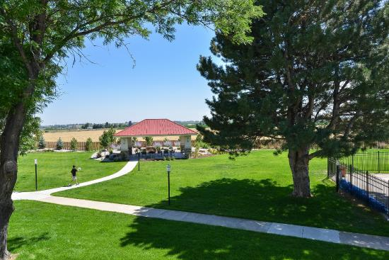 Best Western Plus Crossroads Inn & Conference Center: Park-like Courtyard with Pavilion