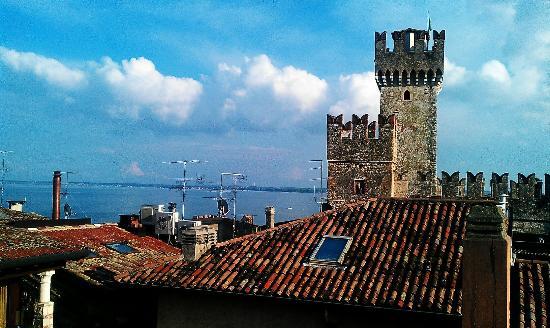 Meuble Adriana : Utsikt fra taktersssen mot Sgaglieri borgen