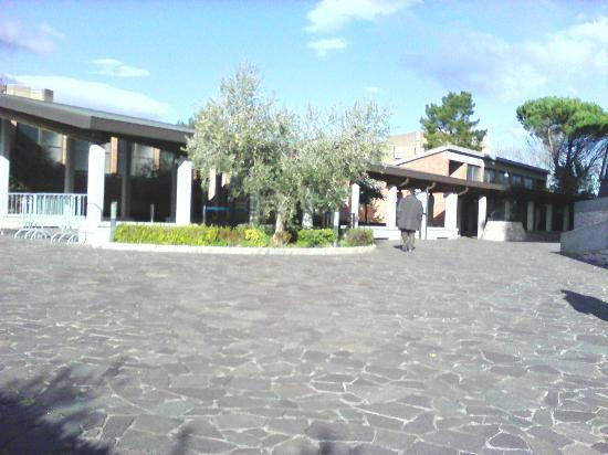 Collevalenza, Włochy: Entrata alle fontane del pozzo e piscine