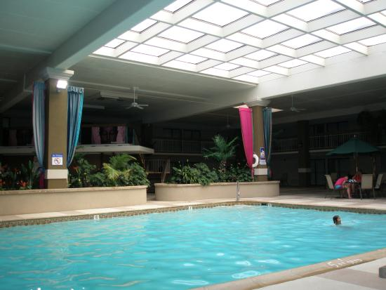 Clarion Hotel and Conference Center Hagerstown: The pool area and skylight