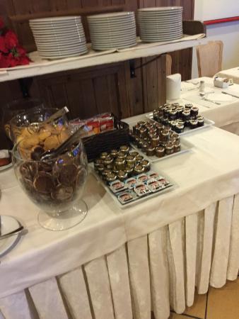 Hotel Alaska Cortina: tavolo per la colazione con biscotti ottimi e marmellate varie