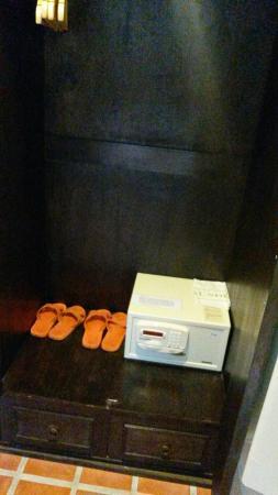 Aonang All Seasons Beach Resort: В шкафу сейф и тапочки