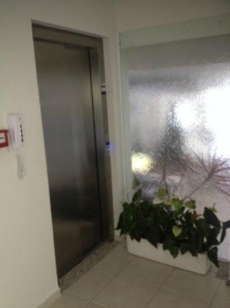Das Nacoes Hotel: Area recepcion y ascensor