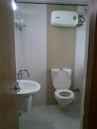 Hotel Trimoorti: Clean Bathroom