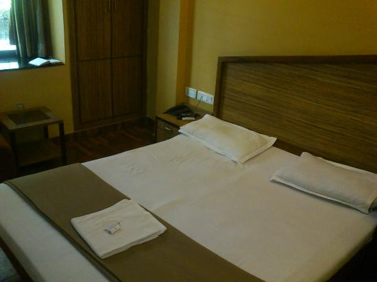 Hotel Trimoorti: Bed area