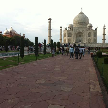 taj mahal 100 words The taj mahal is one of the most visited places in the world my friend natalia from brazil describes her personal experience of her visit to the taj mahal.