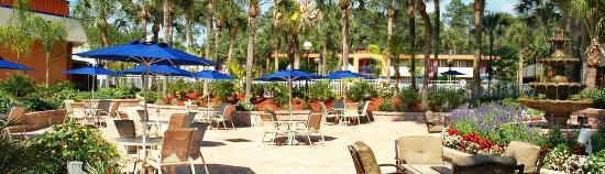 Red Lion Hotel Orlando - Kissimmee Maingate: Table bottom right has fire in center for cold evenings.