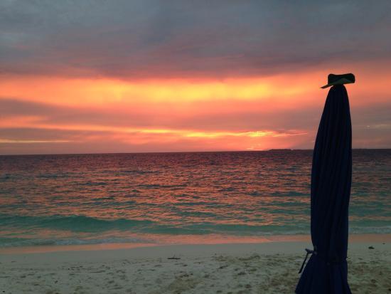 Ukulhas Inn: Sunset at the beach