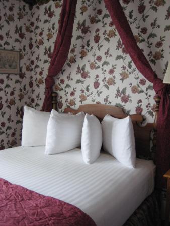 Inn on Mackinac: Room #300, fancy pillow arrangement