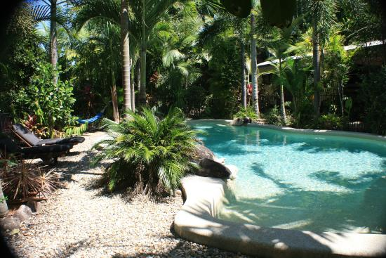 Boutique Bungalows: Pool with beach entry
