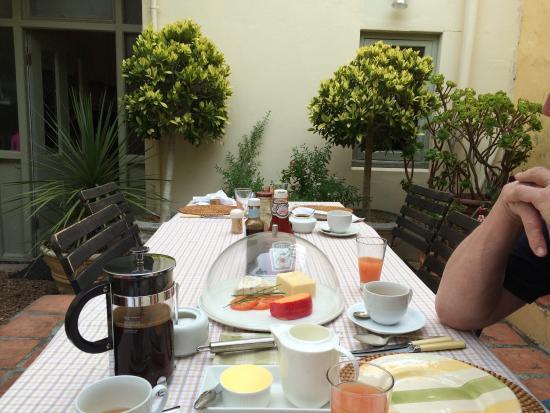 Liberty Lodge: Frühstückstisch im Innenhof
