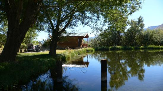 The Lodge at Summer Lake : Cabin The Sage and pond