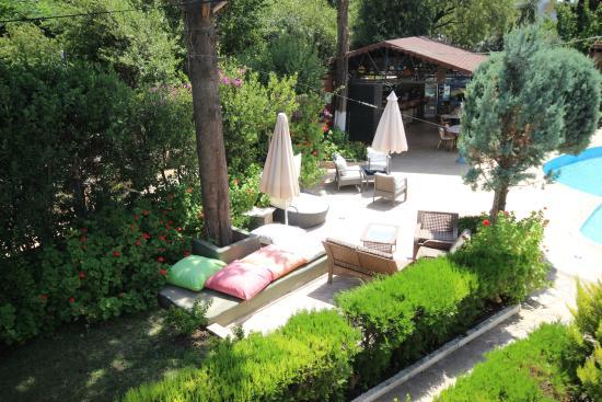 Cennet Apartments: bahce
