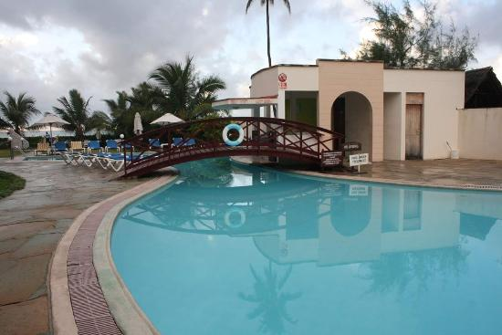 Pa Pweza Adamsville Beach Suites: loved the pool and next there is a gym.