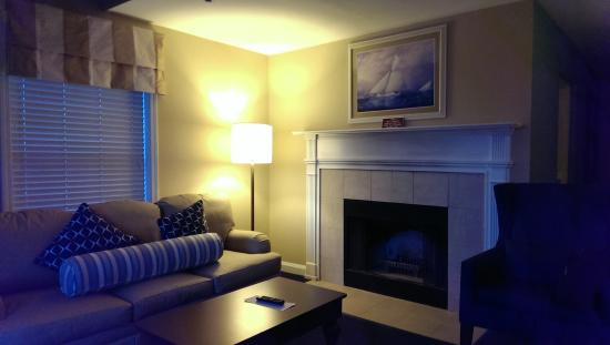 Wyndham Newport Onshore: Living room and fireplace