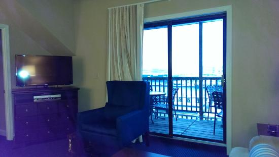 Wyndham Newport Onshore: Porch and TV