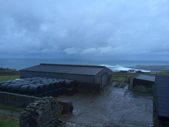 Doonagore Farmhouse: Great view! Bad weather.